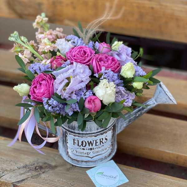 Лейка с цветами: пионовидные розы, маттиола, эустома