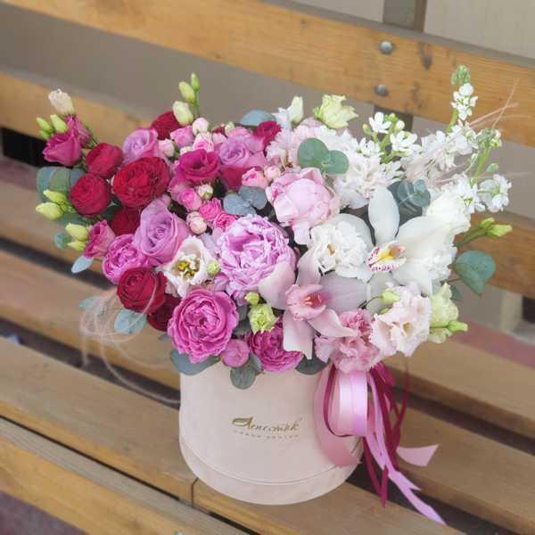 Бархатный цилиндр из пионовидных роз, пионов, лизиантусов и орхидей