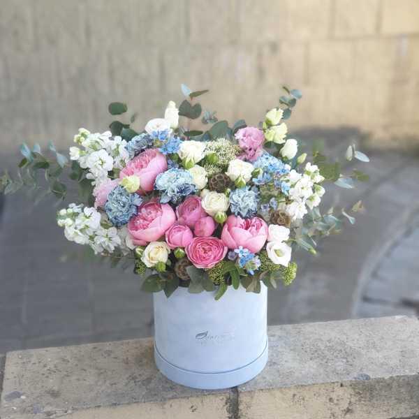 Бархатный цилиндр из голубых диантусов, розовых пионов и ароматной маттиолы