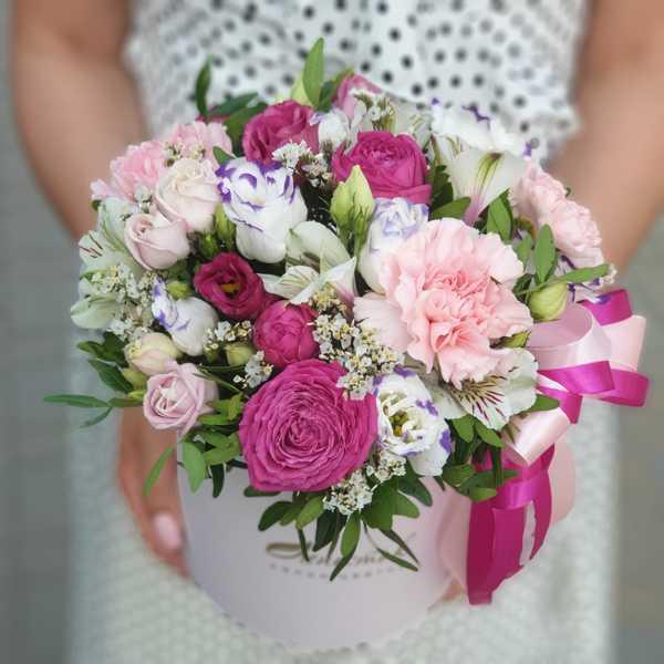 Цилиндр из розовых гвоздик, эустом и пионовидной розы
