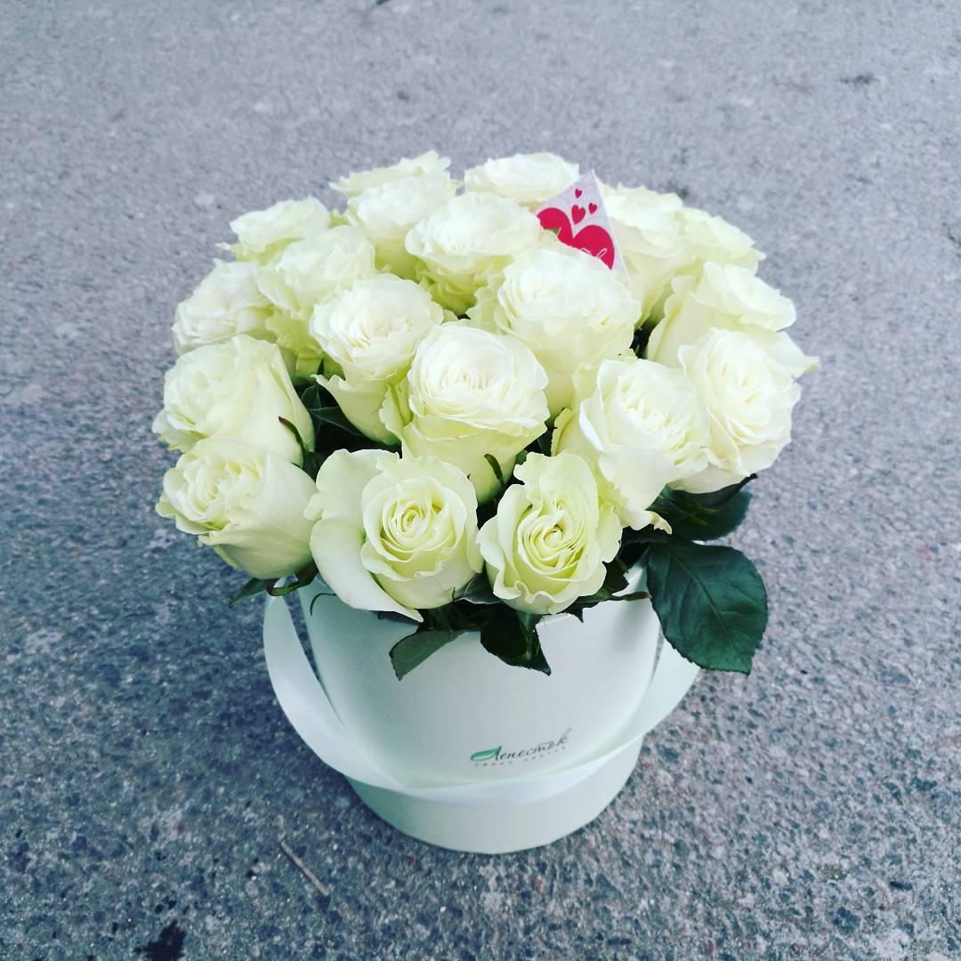 Цилиндр из 21 белой розы