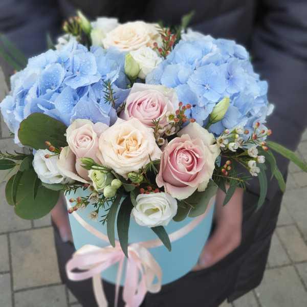 Цилиндр с гортензией, эустомой и кустовой розой