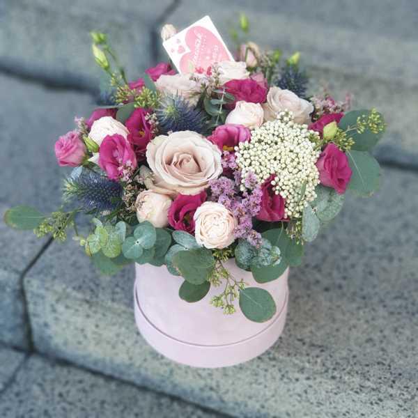 Бархатный цилиндр из экзотических цветов