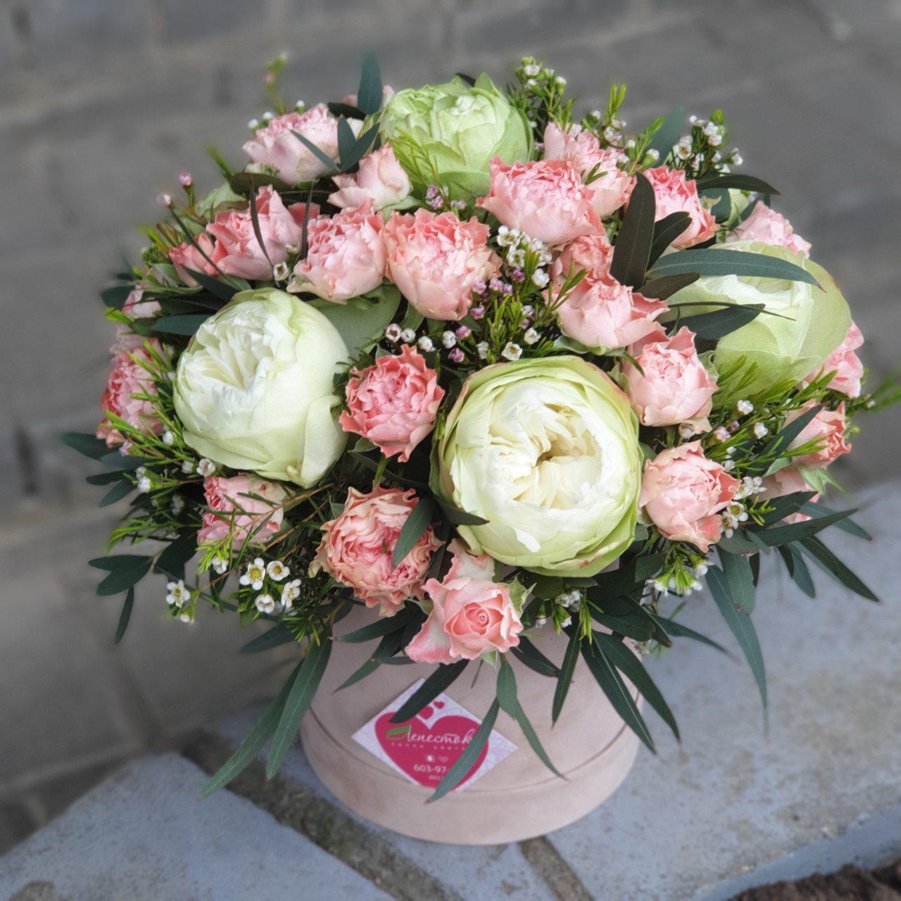 Цилиндр из пионовидной и кустовой розы