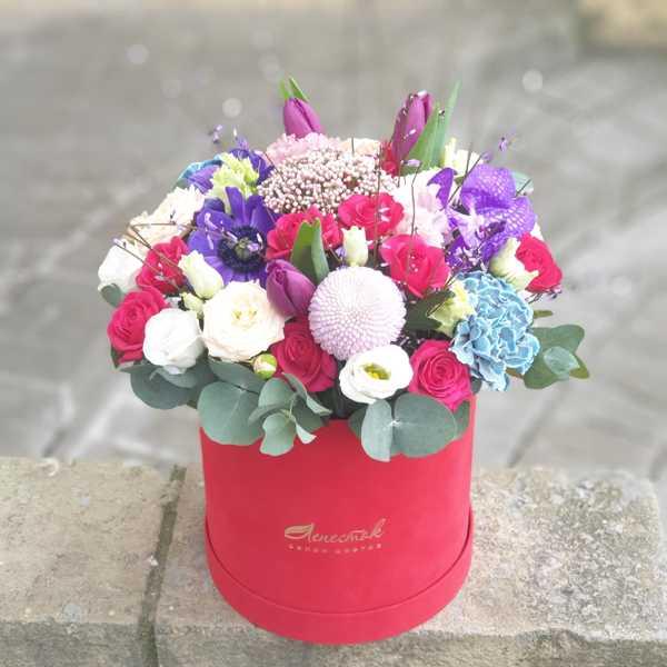 Бархатный цилиндр из кустовой розы, анемонов, орхидеи ванды