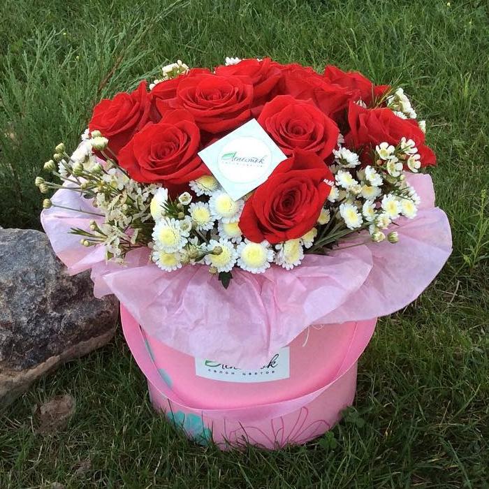 Цилиндр из 11 роз зелени и упаковки
