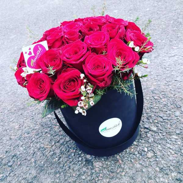 Цилиндр из 31 розы с зеленью