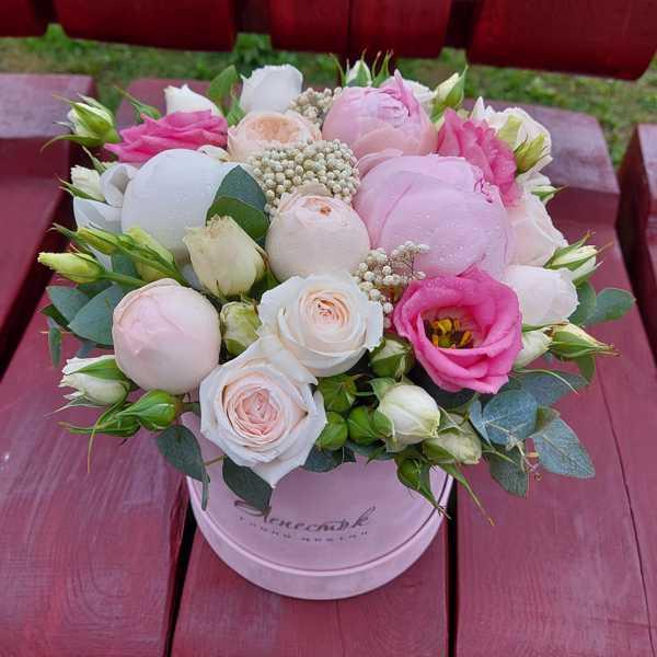 Бархатный цилиндр из пионов и пионовидных роз