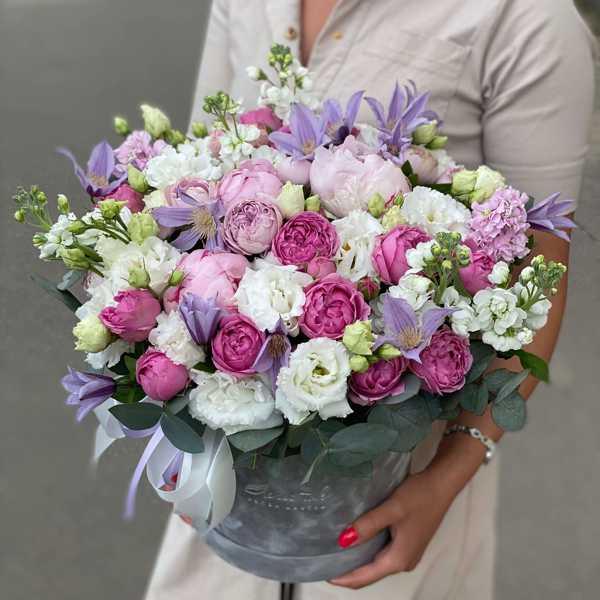 Бархатный цилиндр из пионов, пионовидных роз и эустомы
