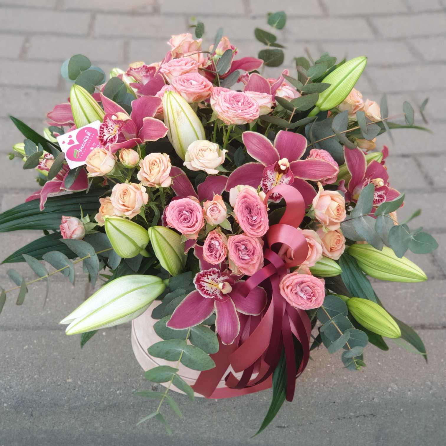 Бархатный цилиндр с лилией, кустовой розой и орхидеей цимбидиум