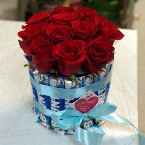Цилиндр из 15 баунти (Bounty) и 11 роз