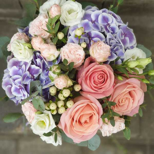 Цилиндр с гортензией, кустовой розы и эустомы