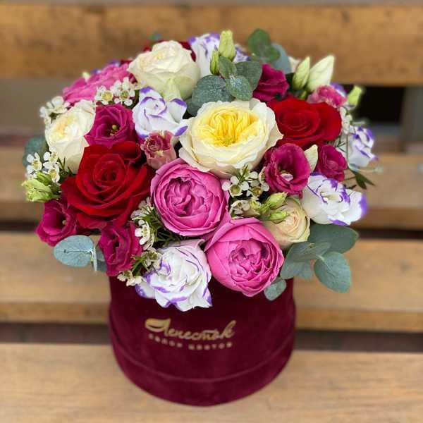 Пионовидные розы и эустома в бархатном цилиндре