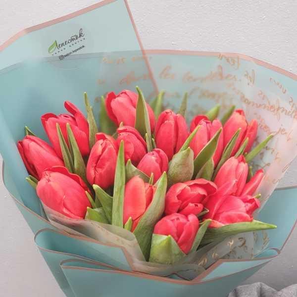 Букетик из 15 красных голландских тюльпанов