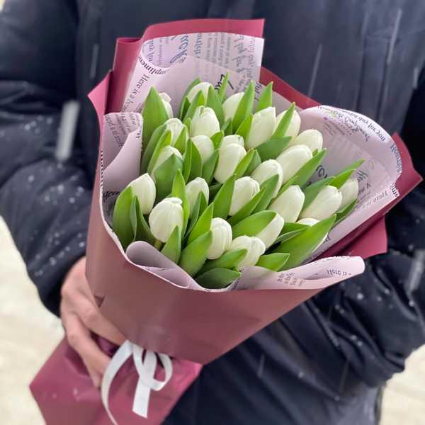Стильный букет из 25 белых тюльпанов