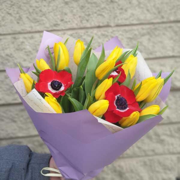 Букетик из тюльпанов а красных анемонов