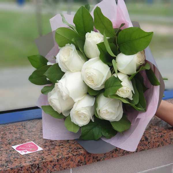 Букет из 11 импортных роз и зелени