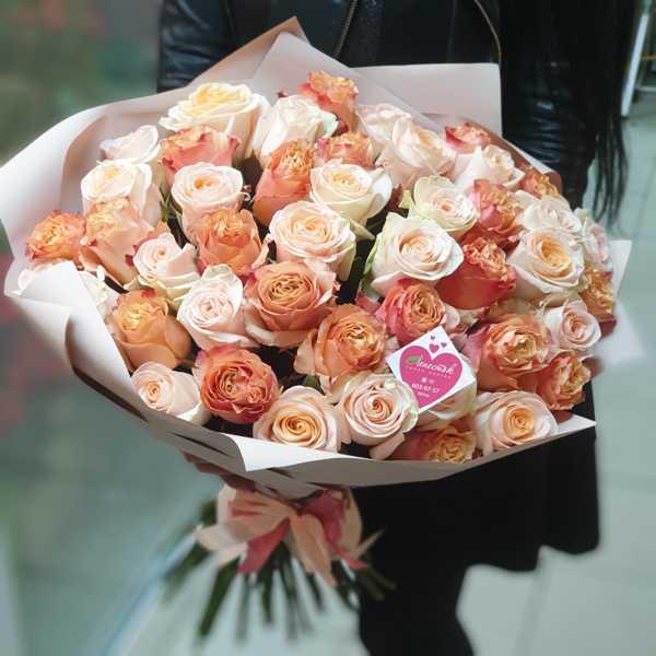 45 импортных роз в стильной упаковке