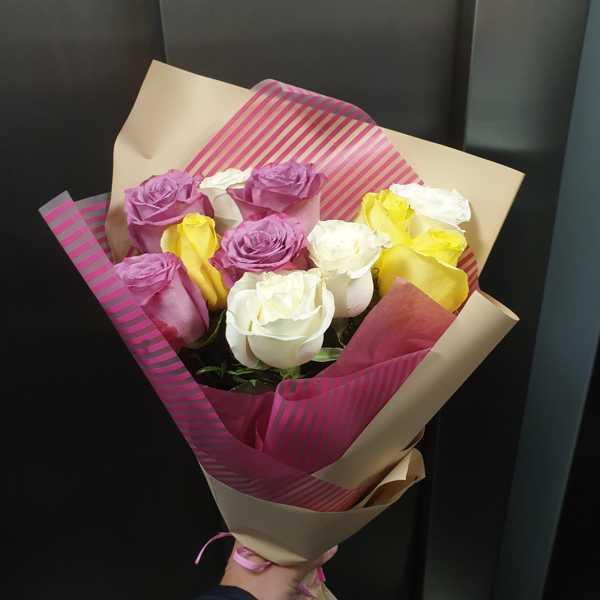 11 импортных, разноцветных роз в крафт бумаге