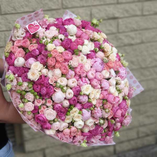 Букет из пионов, пионовидных и кустовых роз и эустом