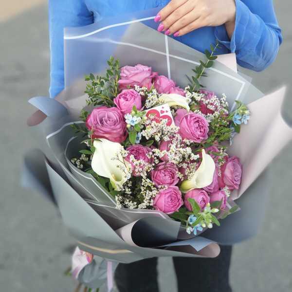 Букет для мамы из пионовидных роз, калл, твидии