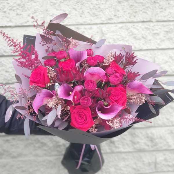 Букет из пионовидных роз MAROON и калл