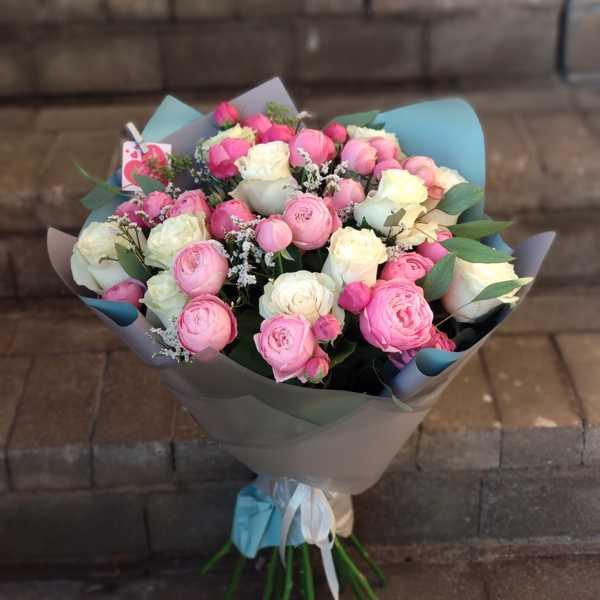 Букет из кустовой пионовидной розы и Mondial