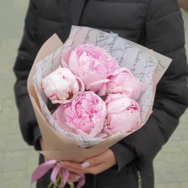 Букетик розовых пионов