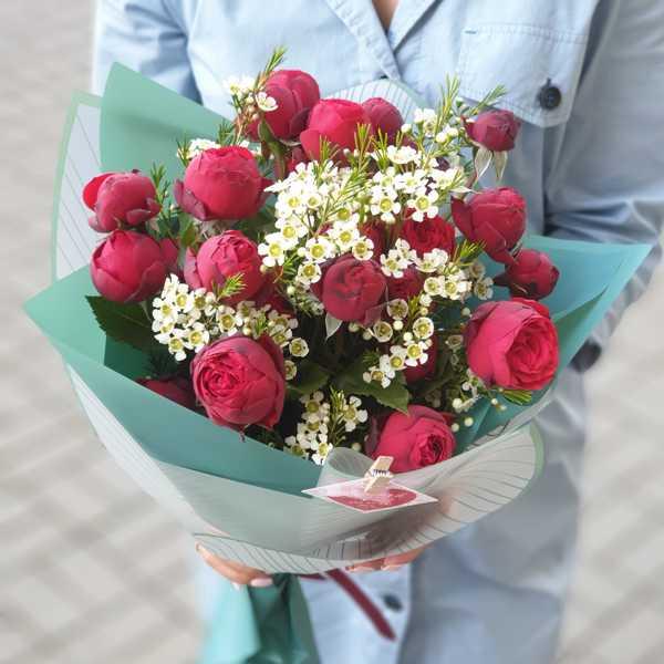 Букет из пионовидной розы Ред Пиано и хамелациума