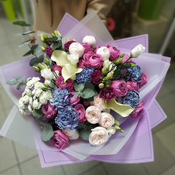 Букет из пионовидных роз, калл и гвоздики Блэк Молли