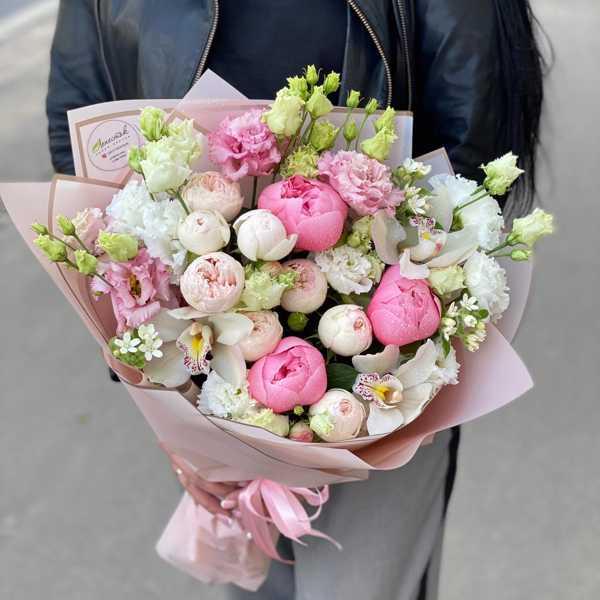 Букет из пионов, пионовидных роз, лизиантусов и орхидей