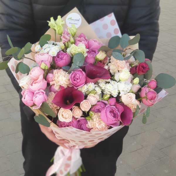 Букет из калл, пионовидных роз и гвоздики