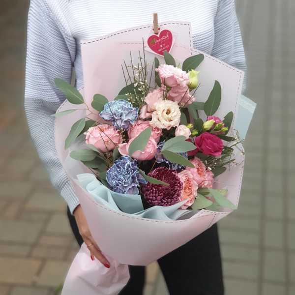 Букет из пионовидных роз, гвоздики Блэк Молли