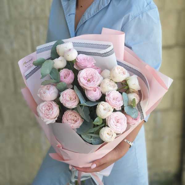 Белая и розовая пионовидная роза MANSFIELD PARK в букете