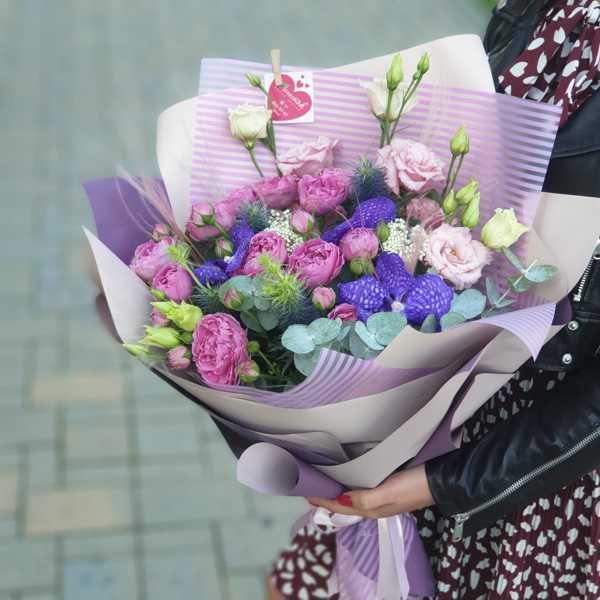 Букет из пионовидных роз и орхидеи Ванды