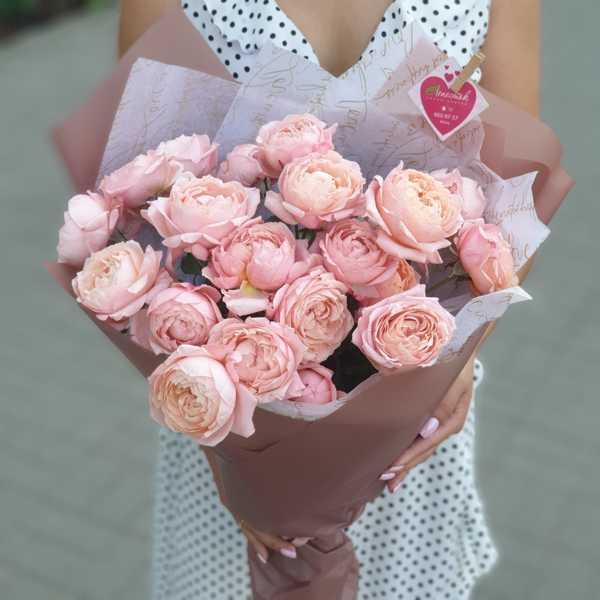 Букет из 7 нежных пионовидных кустовых роз Джульета