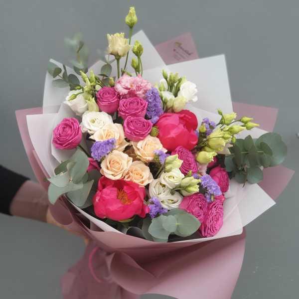 Букетик из пионов,пионовидных и кустовых роз