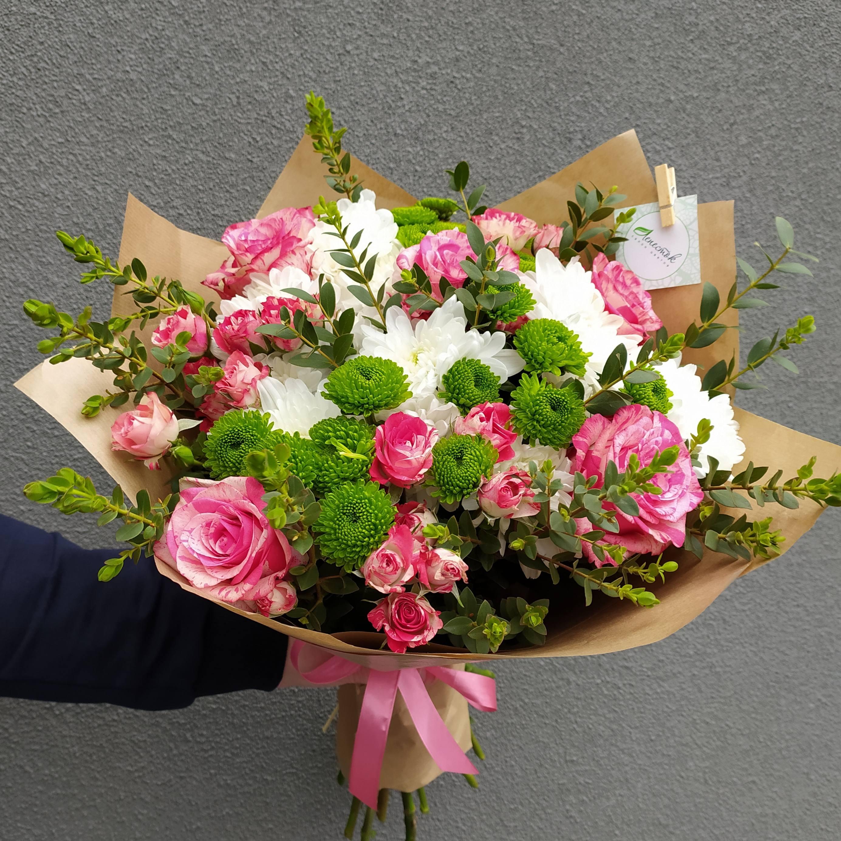 Букет из розы, кустовой розы, хризантем и зелени