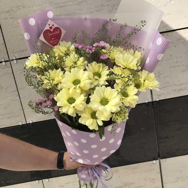 Букет из хризантемы, статицы и тласпи
