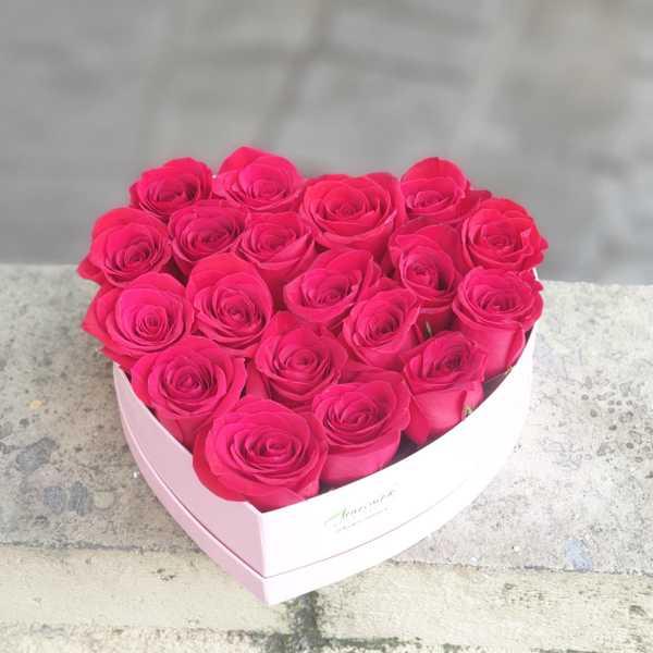 Коробка сердце и 19 импортных красных роз.