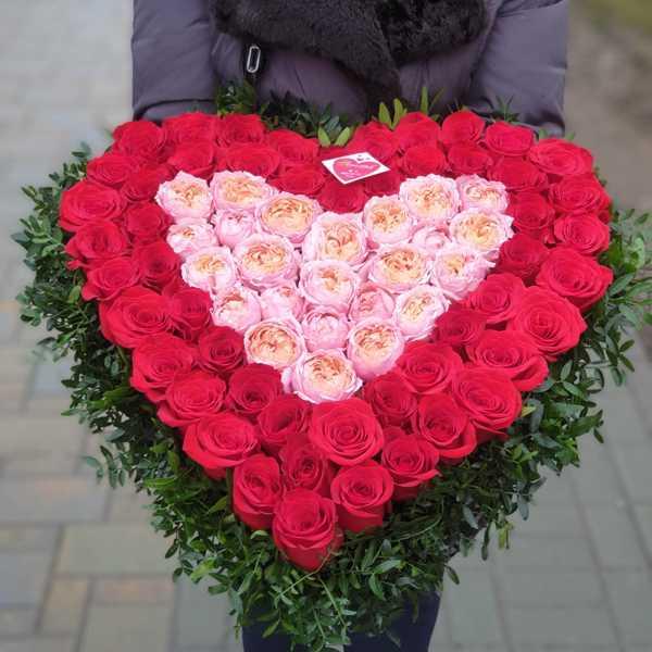 Композиция в форме сердца из пионовидных и обычных роз