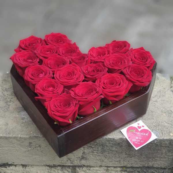 Деревянная коробочка сердце из 19 белорусских роз