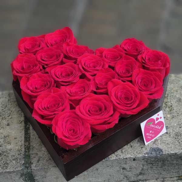 19 красных роз в деревянной коробочке в форме сердца