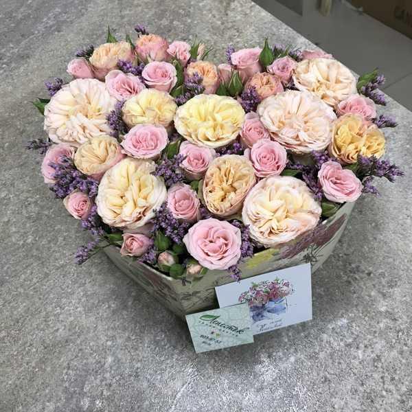 Коробочка сердце из пионовидных и кустовых роз
