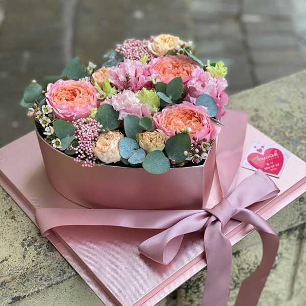 Коробочка сердце с пионовидными розами