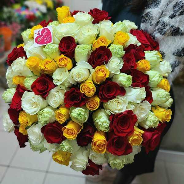 Яркий микс из 101 жёлтой, красной и белой импортной розы