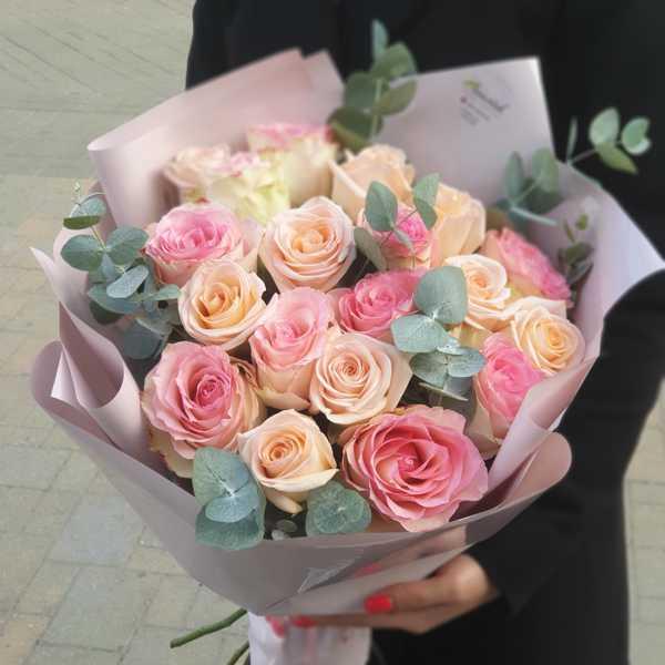 Букетик из 19 роз Тифани и Эсперансо