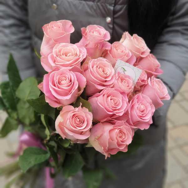 Прекрасный букет из 15 импортных роз Hermosa