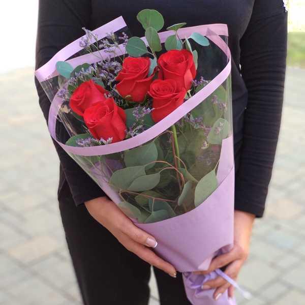 Букет из красных роз, лимониума и эвкалипта