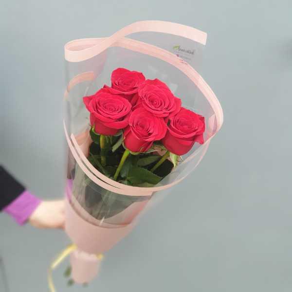 5 красных роз в упаковке
